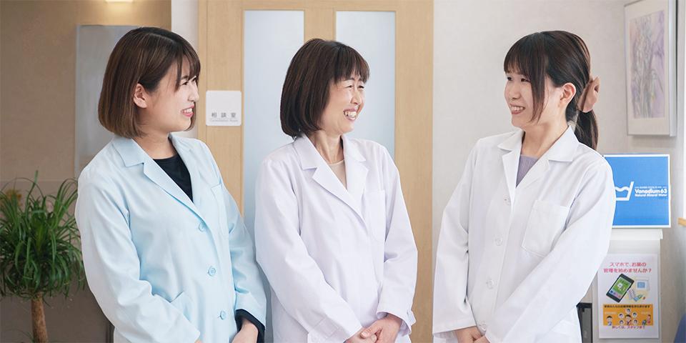 女性三人が微笑み合っている様子
